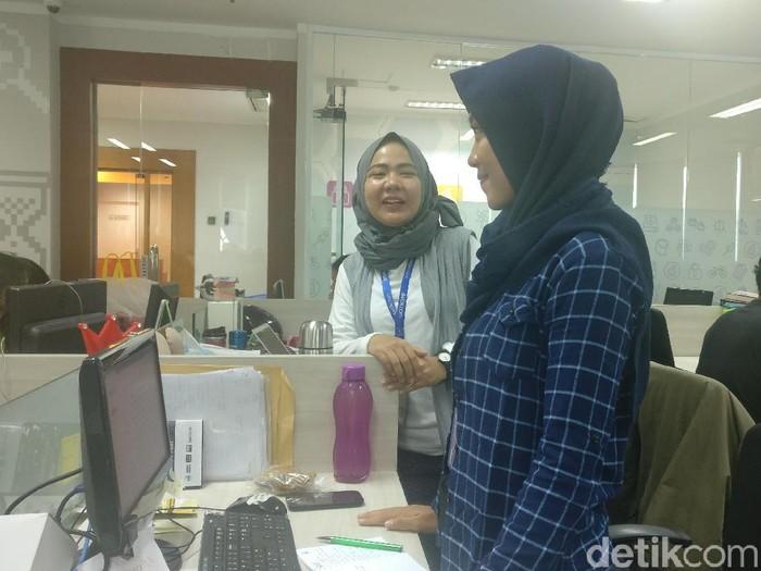 Jangan terus duduk, sesekali coba berdiri saat sedang di kantor. (Foto: Firdaus Anwar/detikHealth)