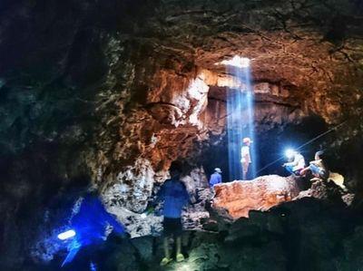 Penampakan Cahaya Surga di Gua Pandan