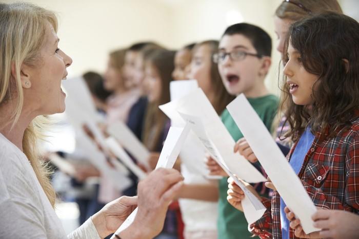 Sebuah penelitian yang dilakukan beberapa ilmuwan Swedia menyatakan bahwa menyanyi terutama dalam kelompok paduan suara dapat memberikan manfaat kesehatan yang sama dengan berlatih yoga. (Foto: Thinkstock)