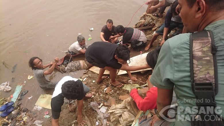 Mayat Wanita Ditemukan Mengapung di Kali Ciliwung