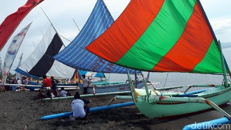 Perairan Laut di Banyuwangi Berubah Warna-warni