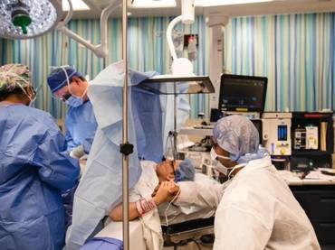 Sang suami, Brandon, selalu setia mendampingi Maria selama prosedur operasi caesar berlangsung. (Foto: www.bonniehussey.com)