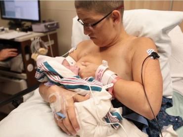 Meski payudara kirinya sudah dimastektomi, Maria tetap semangat mencoba menyusui si kecil. (Foto: www.bonniehussey.com)
