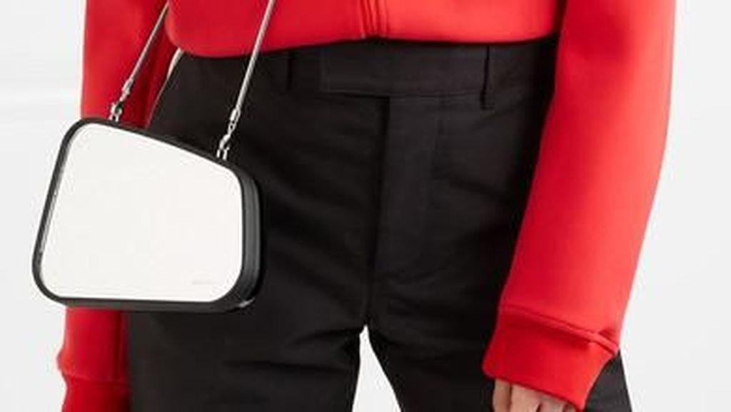 Setelah Rok Karpet Mobil, Balenciaga Rilis Tas Kaca Spion Rp 32 Juta