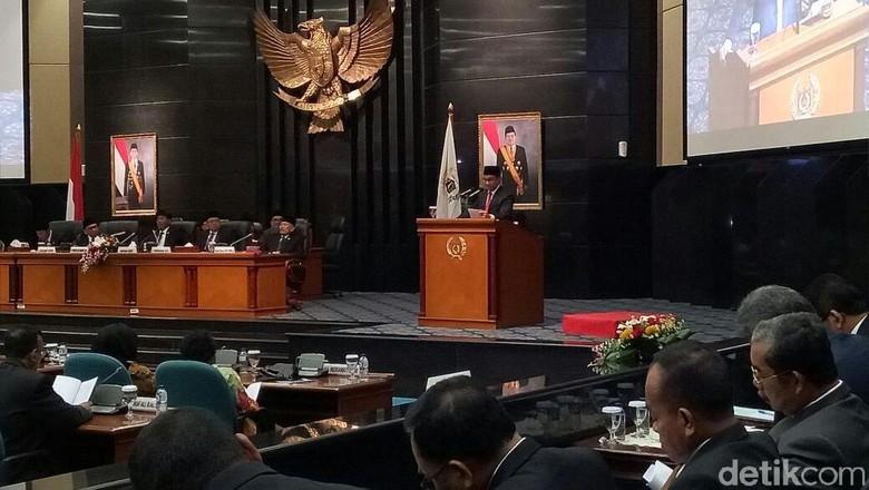 Anies Buka dan Tutup Pidato RAPBD 2018 di DPRD dengan Pantun