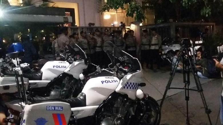 KPK Datang, Begini Ketatnya Pengawalan Polisi di Rumah Novanto