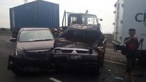 Tabrakan Beruntun Truk-Minibus di Tol Pelabuhan Priok, Lalin Macet