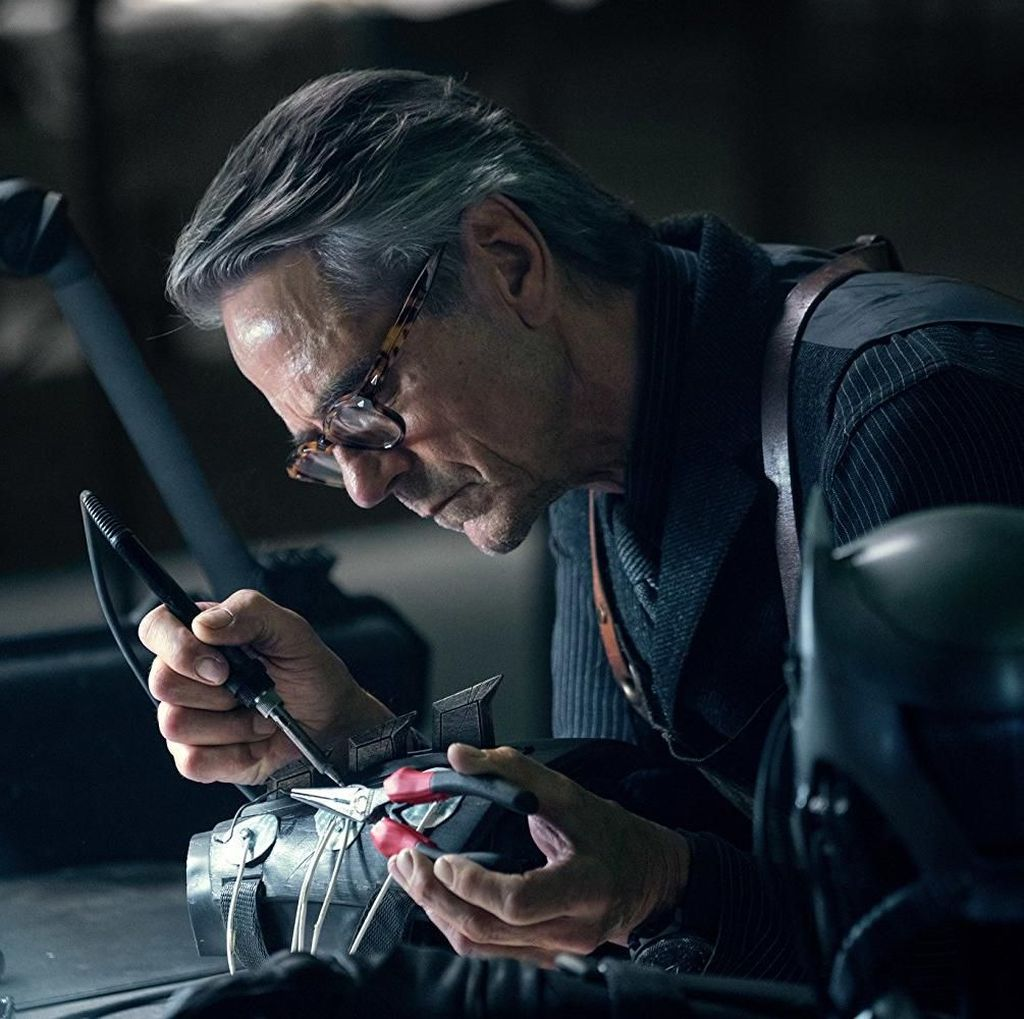 Gantikan Michael Caine, Bagaimana Jeremy Irons Perankan Alfred Asisten Batman?