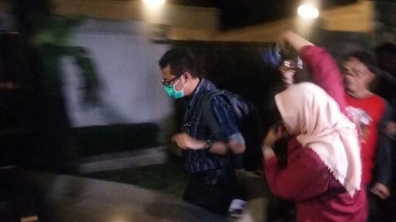 Bawa Tas, Seorang Penyidik KPK Keluar dari Rumah Setya Novanto