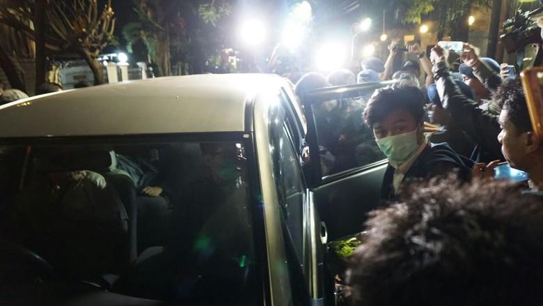 Belasan Penyidik KPK Keluar dari - Jakarta Setelah lima jam akhirnya penyidik KPK keluar dari rumah Ketua DPR Setya Mereka membawa banyak KPK keluar
