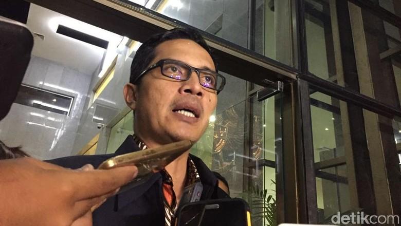 KPK Cek Mobil Setya Novanto - Jakarta Tim KPK akan mengecek secara detail siapa saja yang menumpang mobil bersama Setya Novanto disebut mengalami kecelakaan