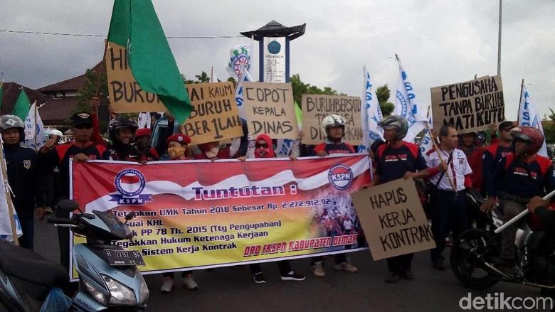 Buruh di Demak Gelar Aksi - Demak Ratusan buruh di Kabupaten Demak melakukan aksi menuntut kenaikan upah minimim kabupaten Mereka mendesak Pemkab mengusulkan UMK