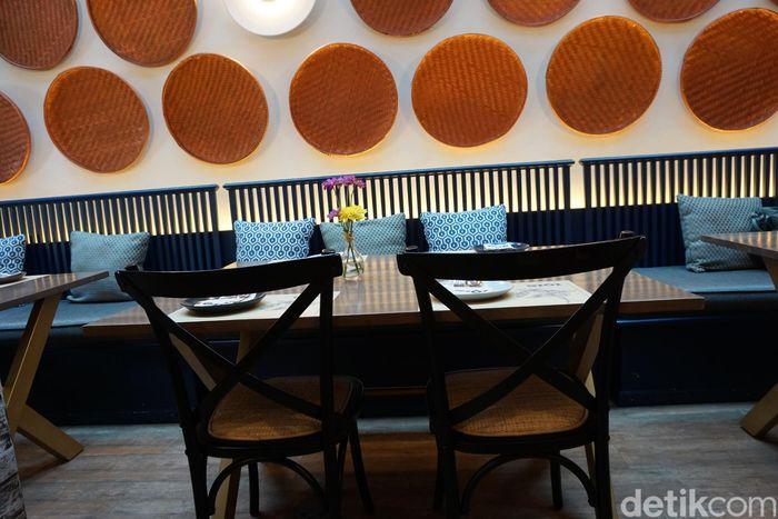 Restoran bernama GIOI ini tempatnya ada di Jalan Senopati No. 88, Jakarta Selatan. Uniknya, dekorasi di dalamnya dihiasi dengan tampah-tampah yang ditata rapih disepanjang dinding. Foto: Lusiana Mustinda
