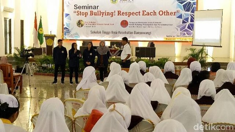 Mahasiswa Banyuwangi Kampanyekan Stop Bullying - Banyuwangi Ratusan mahasiswa Banyuwangi menandatangani deklarasi Stop Respect Each Gerakan kampanye anti bully di kehidupan sosial ini digemakan