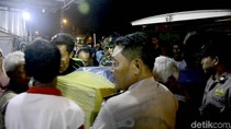 Isak Tangis Sambut Kedatangan Jenazah Korban Kapal Tenggelam