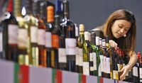 Wine dalam kemasan botol yang modern.