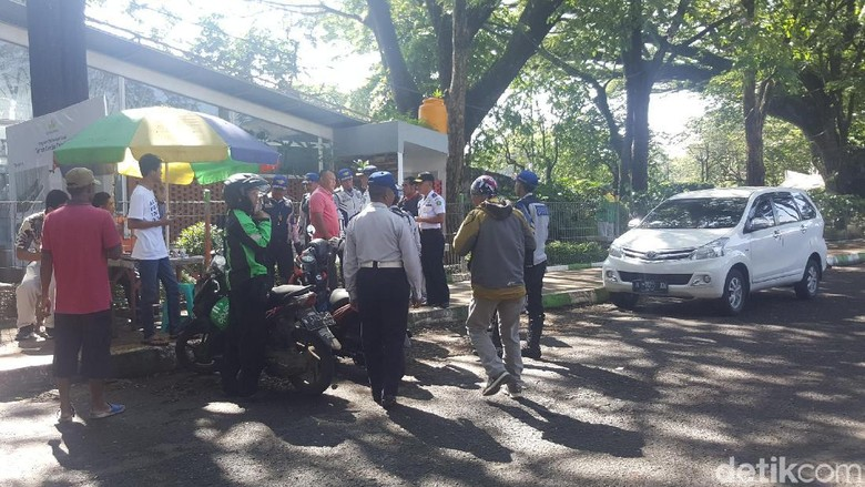 Driver Taksi Online di Malang - Malang Taksi Online terjaring operasi gabungan Dinas Perhubungan dan Polres Malang Mereka diketahui tak memiliki Surat Izin Mengemudi