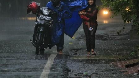Menembus Hujan