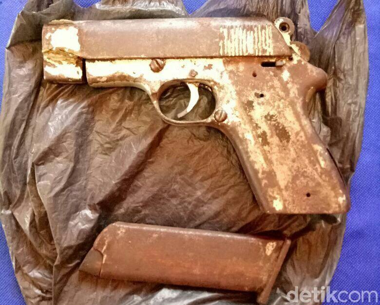 Warga Aceh Serahkan Pistol Sisa Konflik ke Polisi
