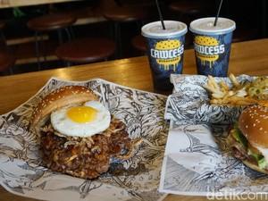 Puas Melahap Burger Besar Diiringi Musik Metal
