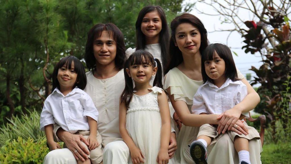 Melihat Keluarga Chrisye yang Asli dan di Film