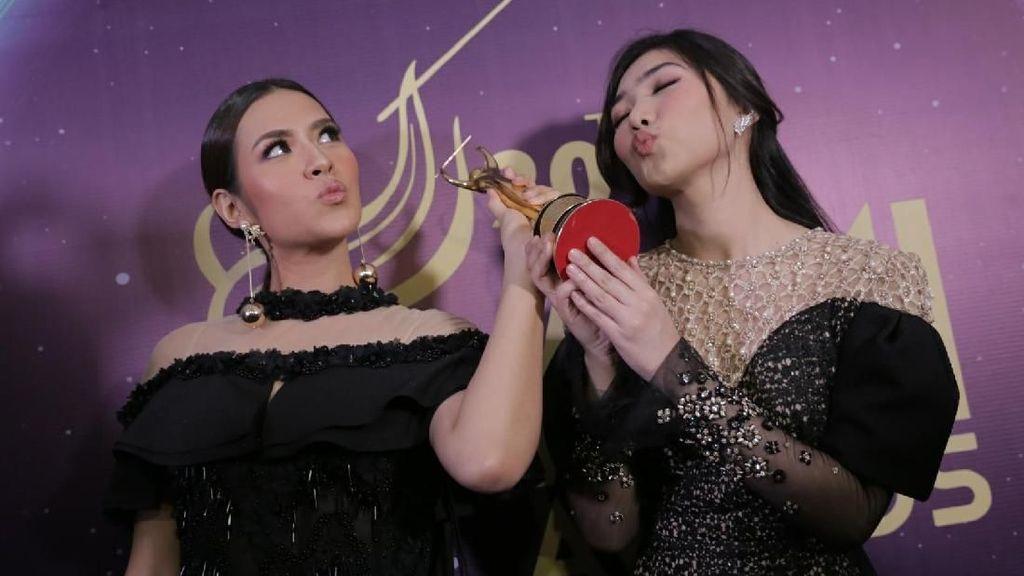 Duet Raisa dan Isyana Lahirkan Piala AMI Awards