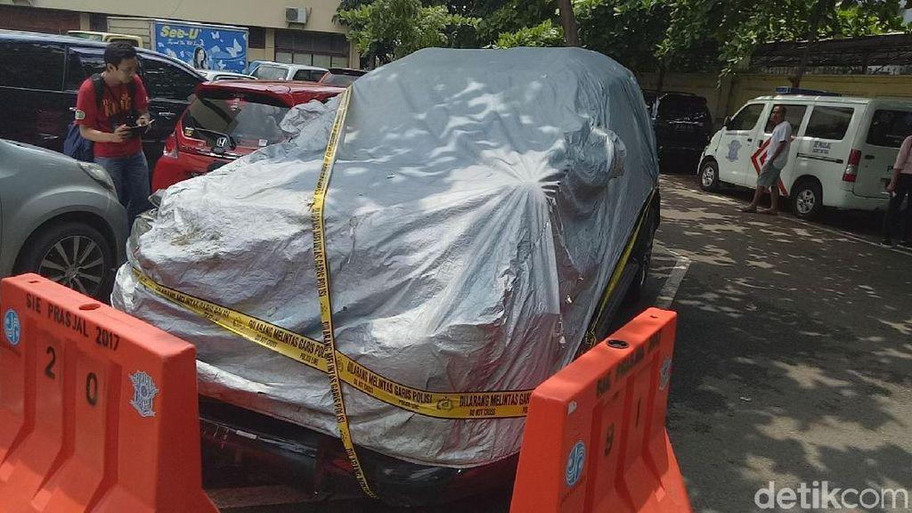 Digaris Polisi, Begini Penampakan Mobil yang Ditumpangi Novanto