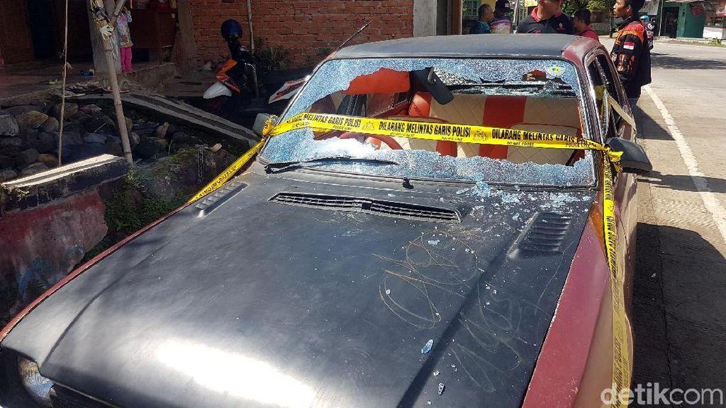 Kelompok Bermotor Rusak Rumah Warga dan Markas Ormas di Sukabumi