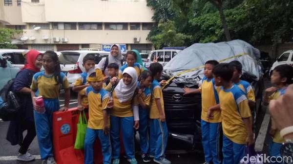 Jepret! Riang Gembira Bocah SD Berfoto di Mobil Setya Novanto