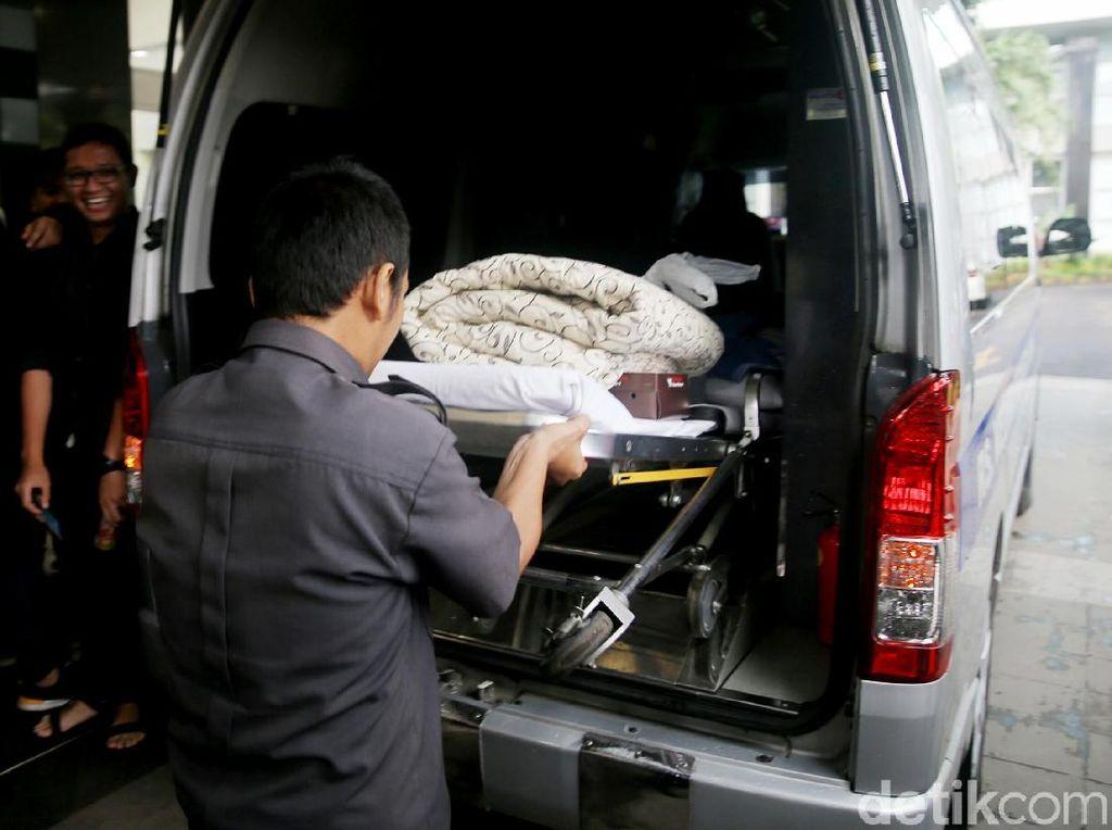 Ambulans yang Bawa Novanto Tinggalkan RSCM Kencana