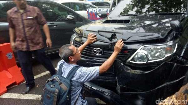 Terpal Dibuka, Mobil Setya Novanto Dilihat-lihat