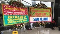 Foto: Karangan Bunga Papa Tiang Listrik Dipindah, Lalu Ditutup