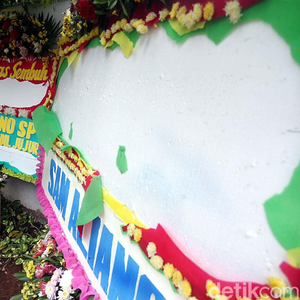 Kasihan! Karangan Bunga Papa Tiang Listrik Berumur Pendek