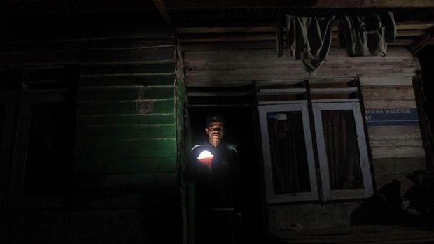 110 Lampu Tenaga Matahari Terangi Desa Sori Tatanga NTB