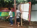 Karangan Bunga Papa Tiang Listrik Dipindah ke Parkiran Dekat Tiang