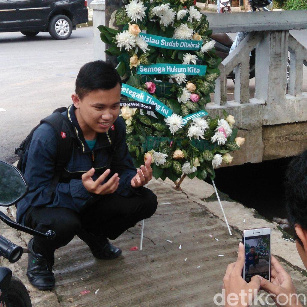 Respons Warga Soal Kecelakaan Novanto: Karangan Bunga hingga Selfie di Tiang