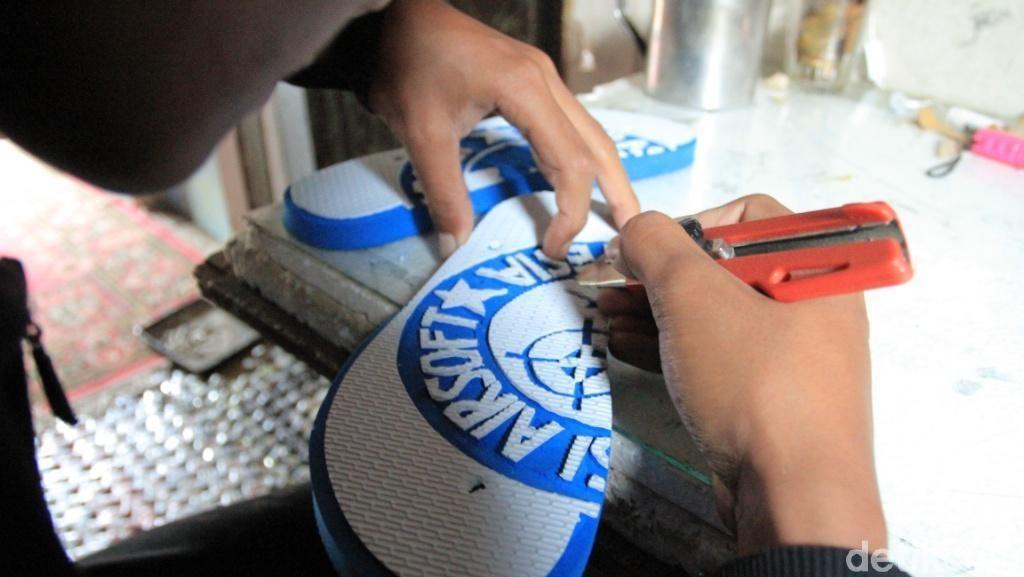 Pemuda Majalaya Bandung Ukir Sandal Jepit Jadi Gambar Keren