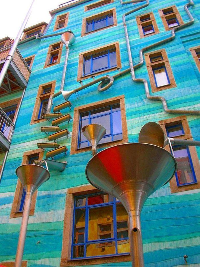Saat hujan, kebanyakan orang menghabiskan waktu membosankan di dalam rumah. Menanti hingga hujan reda. Bosan saat hujan sepertinya tak akan dialami penghuni rumah di Dresden, Jerman. Istimewa/boredpanda.