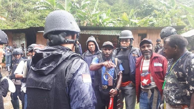 Seribuan Warga yang Sempat Disandera - Jakarta warga yang ditahan Kelompok Kriminal Bersenjata sudah berhasil dievakuasi dari Desa Kimbely dan Meski masih ada warga