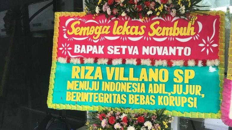 Foto: Karangan Bunga Papa Tiang Listrik Dikirim ke RSCM