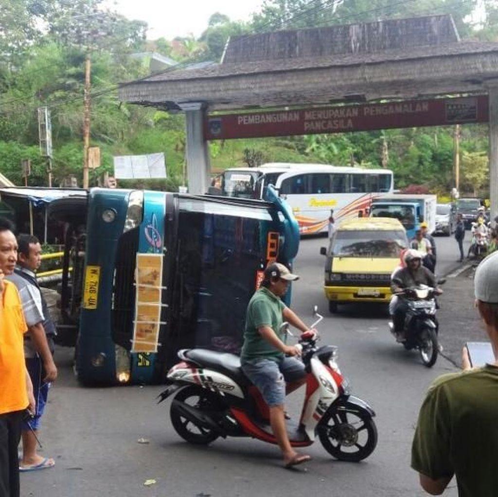 Tak Kuat Nanjak, Bus Wisatawan Terguling di Air Terjun Kakek Bodo