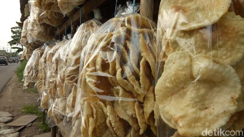 Palembang punya banyak jenis kuliner dan cemilan ringan. Salah satunya kemplang yang terbuat dari ikan dan tepung terigu. Kemplang khas Palembang bisa dibawa pulang traveler untuk oleh-oleh (Raja Adil/detikTravel)