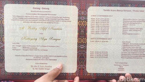 Afifah menunjukkan undangan upacara adat Kahiyang-Bobby