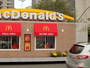 Nekat! Wanita Ini Panjat Jendela untuk Mencuri Makanan di Drive Thru McD
