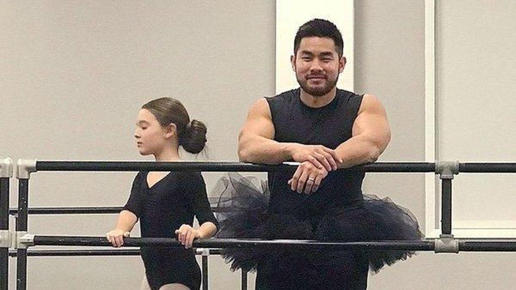 So Sweet, Ayah Ikut Pakai Rok TuTu Saat Temani Anak Tirinya Les Balet