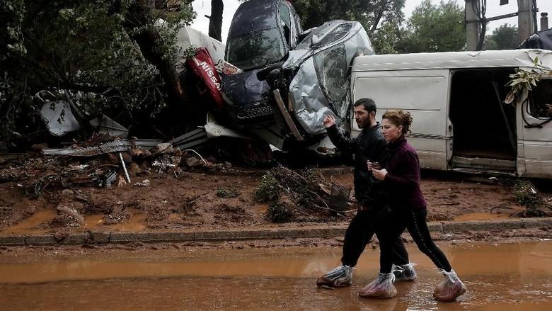 Mobil ini Nyangkut di Pintu Masuk Rumah Gara-gara Banjir
