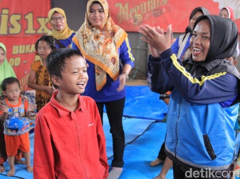 Menengok Keceriaan Bocah Korban Banjir - Kabupaten Bandung Gilang Asmana Putra adalah salah satu anak yang menjadi korban banjir di Kabupaten Jawa Rumahnya di