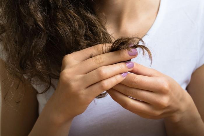 Rambut paling rapuh saat dalam keadaan basah. Ini dikarenakan pori yang bisa menyerap hingga 45 persen air. Gesekan yang terjadi tanpa sadar dari kepala saat tidur meningkatkan risiko kerusakan sehingga mempengaruhi keseluruhan tekstur rambut Anda. (Foto: ilustrasi/Thinkstock)