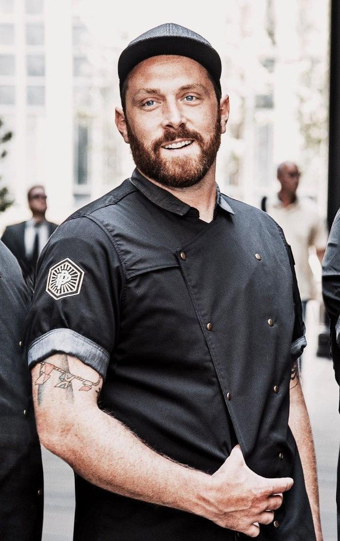 Di usia mudanya, Ryan Prentiss sudah menjadi Head Chef di restoran steak terbaru Motor City yaitu Prime + Proper. Mata birunya menambah keseksian chef 27 tahun ini. Foto: People