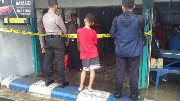 Polisi mem-police line warung bakso tempat korban meninggal